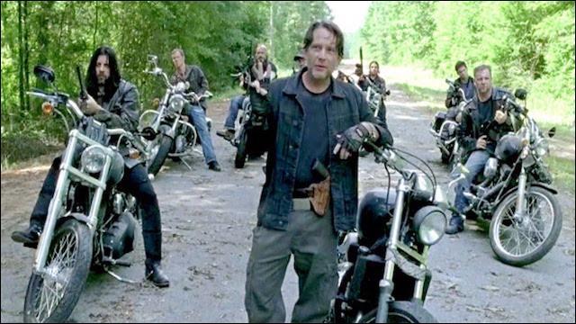 Rick, Carl et Michonne se font piéger par un groupe d'hommes. Rick est coincé mais devient colérique lorsque l'un tente de violer son enfant. Comment Rick arrive-t-il à se défaire de l'homme ?