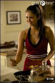 Qu'est-ce qu'Elena avait volé à une pom-pom girl lors d'une compétition ?