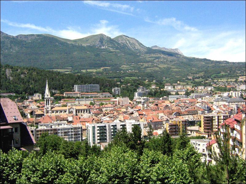 Quelle ville est la préfecture des Hautes-Alpes ?