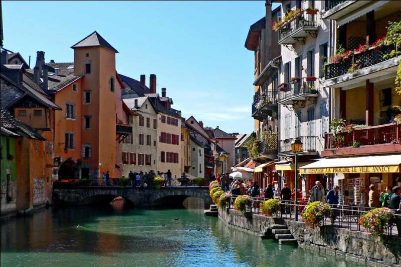 Annecy est la préfecture de la Savoie (73).