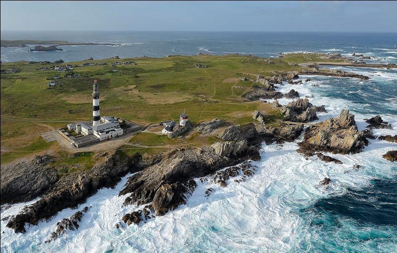 À quel département sont rattachées les îles d'Iroise, Molène et Ouessant ?