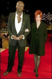 """Avec quel chanteur partage-t-elle un duo sur la chanson """"Les Mots"""" en 2001 ?"""