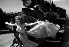 """Sur quel moyen de transport est-elle attachée dans le clip de la chanson """"XXL"""" sorti en 1995 ?"""