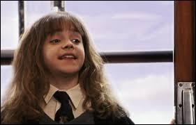 Nous sommes dans le Poudlard Express. Ron et Harry rencontrent Hermione qui leur fait une démonstration de magie. Quel sort lance-t-elle ?