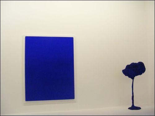Quel peintre s'est fait connaître grâce à ses monochromes bleus ?