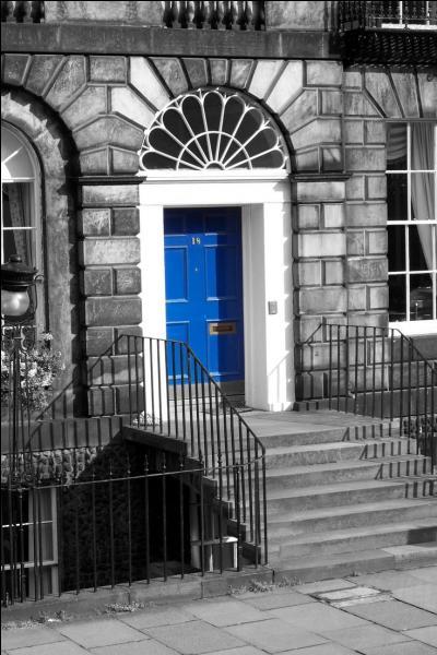 """""""C'est une maison bleue adossée à la colline..."""""""