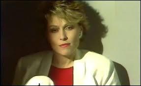 """Les plus grands succès de cette chanteuse populaire française sont : """"Mise au point"""", """"Vivre ailleurs"""" et """"À la vie à l'amour"""". Qui est cette chanteuse ?"""