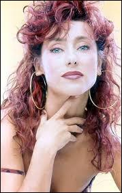 Cette chanteuse est né à Douera, qui est une banlieue d'Alger. Elle réside actuellement à Paris. Qui est-elle ?