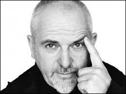 """C'est un chanteur britannique né en 1950. Il a fait partie du groupe """"Genesis"""". C'est..."""