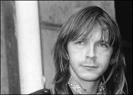 Ce chanteur a sorti 23 albums. Il est un des chanteurs les plus populaires de la France. Il utilise l'argot dans les paroles de ses chansons. Qui est-il ?