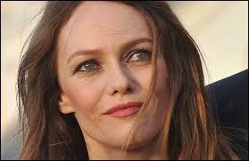 """Cette chanteuse, actrice et mannequin française a été mariée à Johnny Depp. Elle a interprété """"Joe le taxi"""" et """"La Seine"""" dans le film """"Un monstre à Paris""""."""