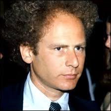 Il est resté célèbre pour le duo qu'il a formé avec Paul Simon. Qui est-il ?