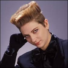 """Qui est cette chanteuse, âgée aujourd'hui de 63 ans, connue pour son titre """"Voyage, voyage"""" sorti en 1989 ?"""