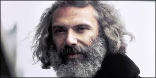 Ce chanteur est d'origine italo-grecque. Il est né à Alexandrie en Égypte. Il était aussi artiste-peintre. Qui est-il ?