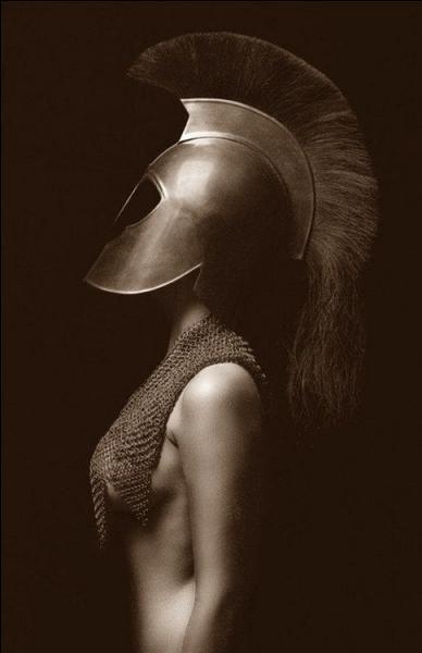 Quelle tête de créature orne le bouclier d'Athéna ?