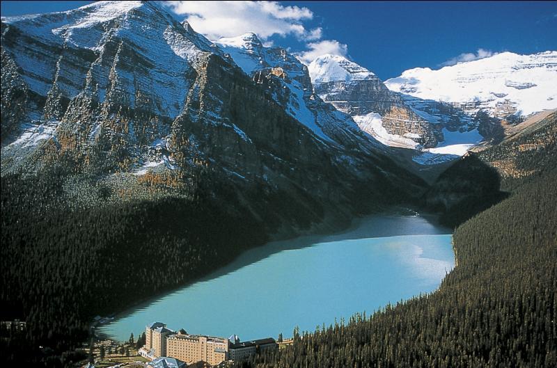 Où situez-vous la ville de Lake Louise, devant son nom au superbe lac situé à proximité, qui accueille chaque année une manche de la Coupe du monde de ski alpin ?