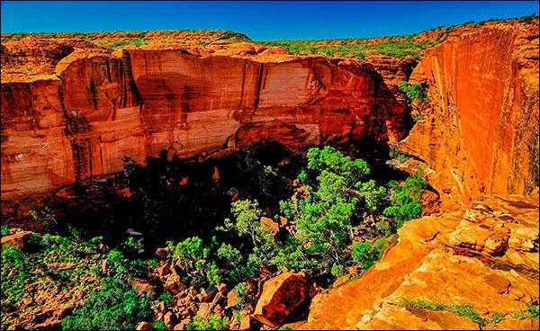 Restons en Australie. Comment se nomme cette ville située en plein centre de l'Australie, au beau milieu du désert, et qui constitue le point de départ principal pour aller admirer le célèbre Ayers Rock ?