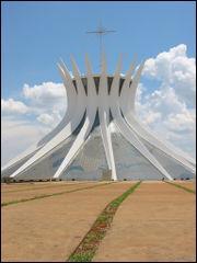 Dans quelle ville cette cathédrale d'architecture moderne se trouve-t-elle ?