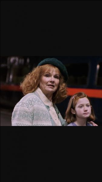 Avec qui Ron part-il au bal dans le 4e film ?