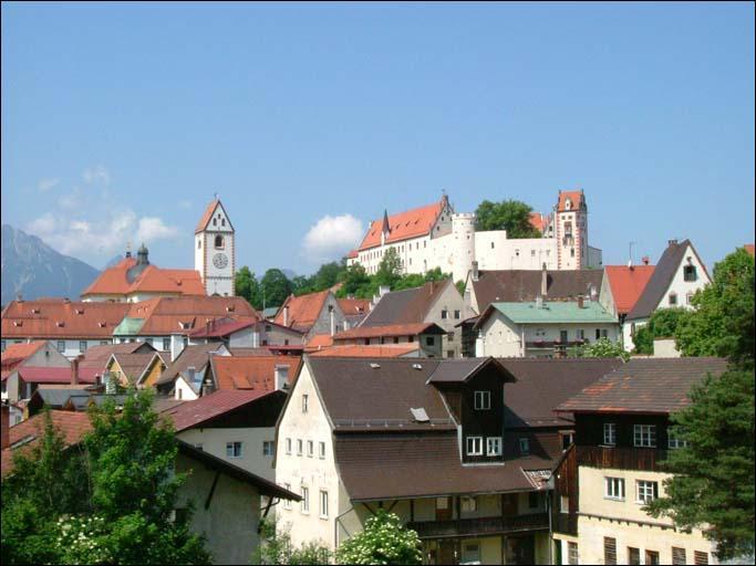 Où se trouve Füssen, ville à proximité des châteaux de Neuschwanstein et Hohenschwangau ?