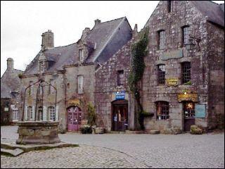 Locronan, village dans lequel le film  Chouans  a été tourné, se trouve :