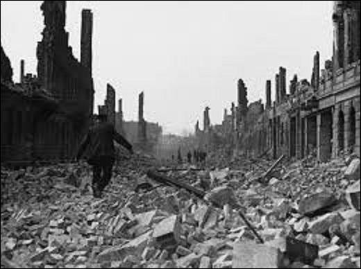 Du 13 au 15 février 1945, quelle ville allemande de la Saxe fut pratiquement rasée lors d'un bombardement américain et anglais, provoquant ainsi entre 22 700 et 25 000 victimes ? (Photo : une rue de cette commune après le bombardement).