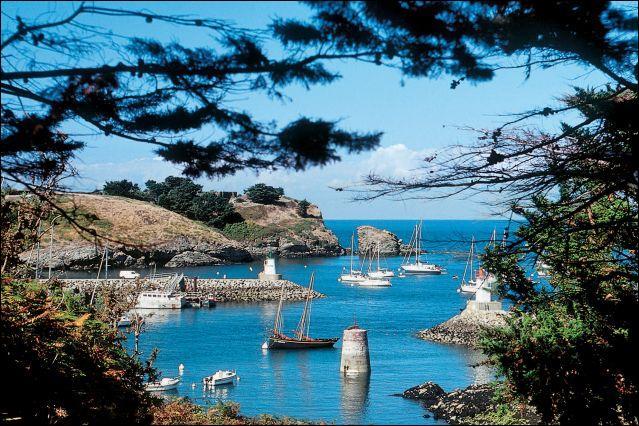 Laurent Voulzy est très attaché à deux îles, Belle-Île-en-Mer et Marie-Galante. La première est bretonne. Où est située la seconde ?