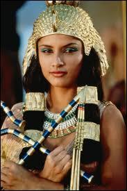 Cléopâtre est un prénom féminin grec qui signifie...