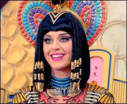 """Quelle chanteuse fait référence à la reine Cléopâtre dans le clip vidéo de sa chanson """"Dark Horse"""" ?"""