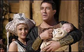 Quel est le nom de l'enfant que Cléopâtre a eu avec Jules César ?