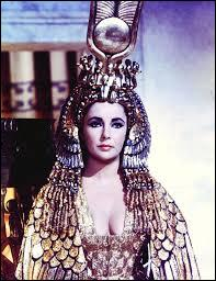 """Qui incarne la reine Cléopâtre dans le film """"Cléopâtre"""" sorti en 1963 ?"""