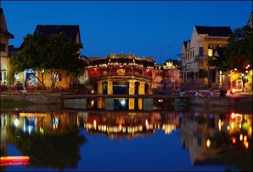 Dans quel pays se trouve la ville de Hội An, ancienne ville coloniale ?