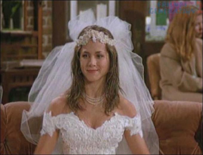 Saison 1 : Ross dit vouloir se remarier de suite, c'est alors que Rachel entre en robe de mariée. Que demande alors Chandler ?