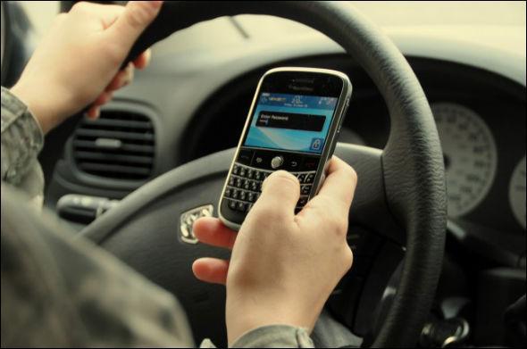 Il a été prouvé que le conducteur enregistre entre 30 et 50% d'informations en moins sur la route lorsqu'il est au téléphone.