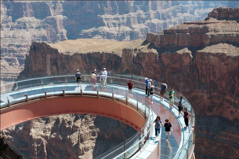 Le Skywalk est une plateforme en forme de fer à cheval dominant le Grand Canyon, mais dans quel État des États-Unis fût-il construit ?
