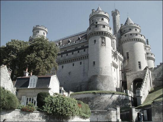 Quel est ce château de l'Oise où les oubliettes furent soigneusement étudiées et décrites par Violet le Duc ?
