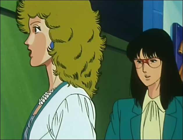 Qui est la femme brune à lunettes ?