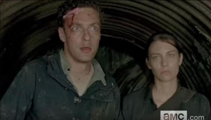 Maggie et Aaron sortent d'Alexandria pour aller chercher Glenn qui n'est toujours pas rentré. Qu'avoue la jeune femme à Aaron ?