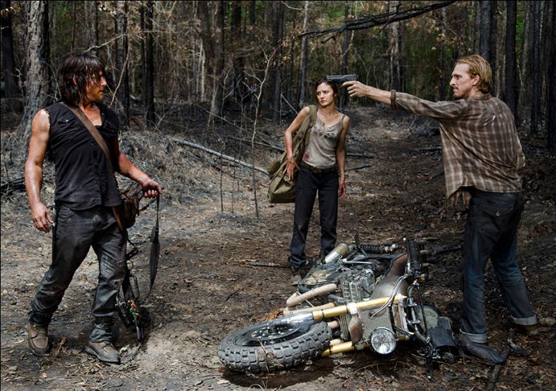 Sur la route, Daryl a été séparé de Sasha et Abraham car ils se sont fait attaquer par un groupe. Dans la forêt, Daryl se fait retrouver par trois autres, mais il arrive à leur échapper avec leur sac. Pourquoi revient-il finalement les voir ?