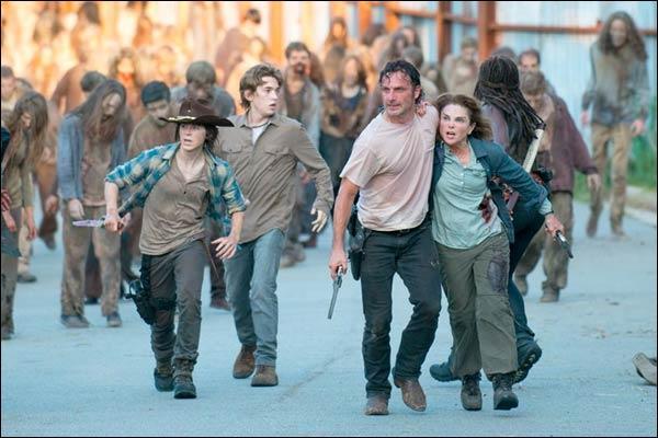 Rick, Carl, Gabriel, Judith, Jessie, Ron et Sam sont coincés dans une maison avec de nombreux rôdeurs au rez-de-chaussée. Comment le groupe arrive-t-il à retourner à l'extérieur ?