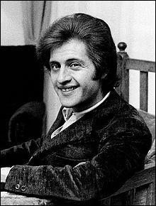 """Cet homme nous quitta le 20 août 1980, à l'âge de 41 ans, auteur des musiques comme """"Champs-Élysées"""" et """"Si tu n'existais pas"""". Trouvez son nom !"""