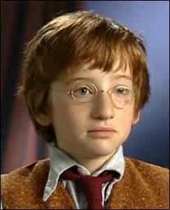 Un seul des enfants porte des lunettes, lequel ?