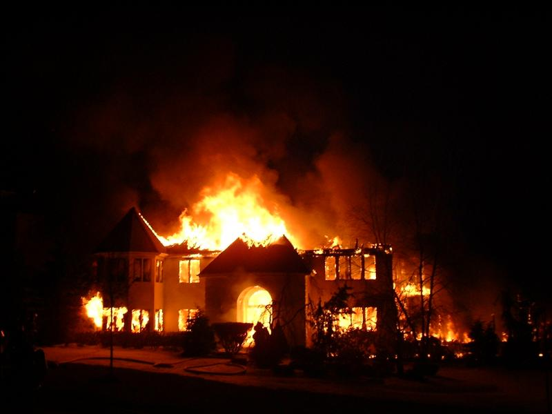 Une maison est en feu et tu entends aboyer un chien à l'intérieur, que fais-tu ?