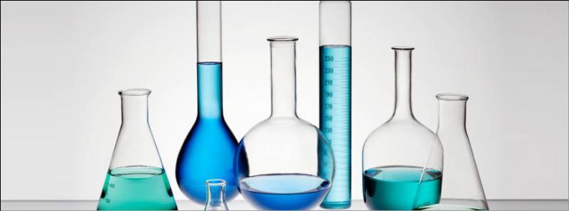 Vous assistez ensuite à un cours de chimie en laboratoire. Vous pouvez choisir vos places puisque le cours est en demi-groupe. Que faites-vous ?