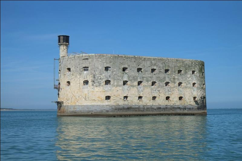 Elle regarde volontiers Fort Boyard. Où se situe ce fort ?
