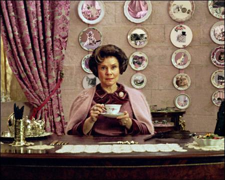 Ombrage vient de surprendre Harry et Hermione dans son bureau. Que fais-tu ?