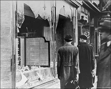 Dans la nuit du 9 au 10 novembre 1938, les nazis ont détruit des magasins juifs et des synagogues. Quel est le nom de cette nuit sinistre ?