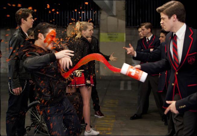 Quelle chanson est chantée quand Sebastian lance un soda dans les yeux de Blaine ?