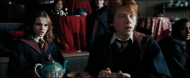 Grâce à quoi Hermione peut-elle suivre tous les cours en troisième année ?