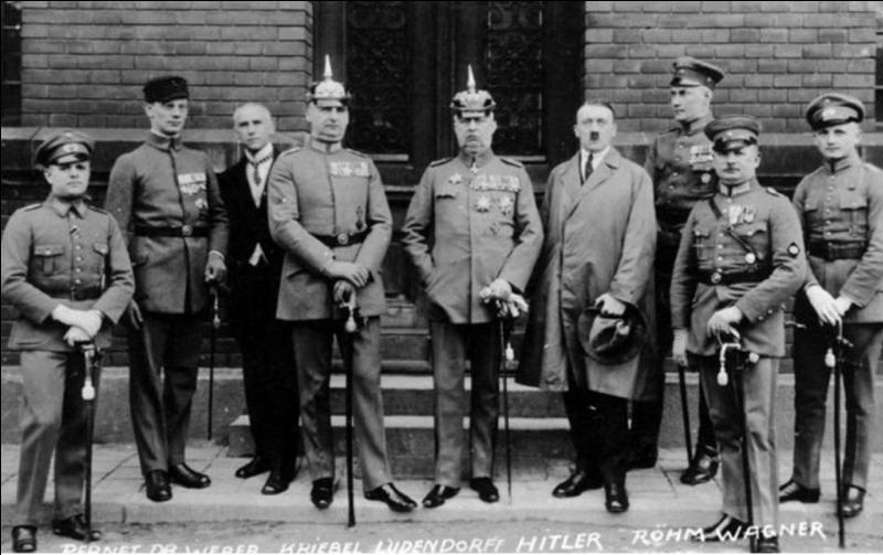 Le 20 janvier 1933 : Adolf Hitler prend le pouvoir et devient chancelier de la république de Weimar.C'est l'apparition d'un nouveau terme désignant l'État allemand nazi.Quel est ce terme ?